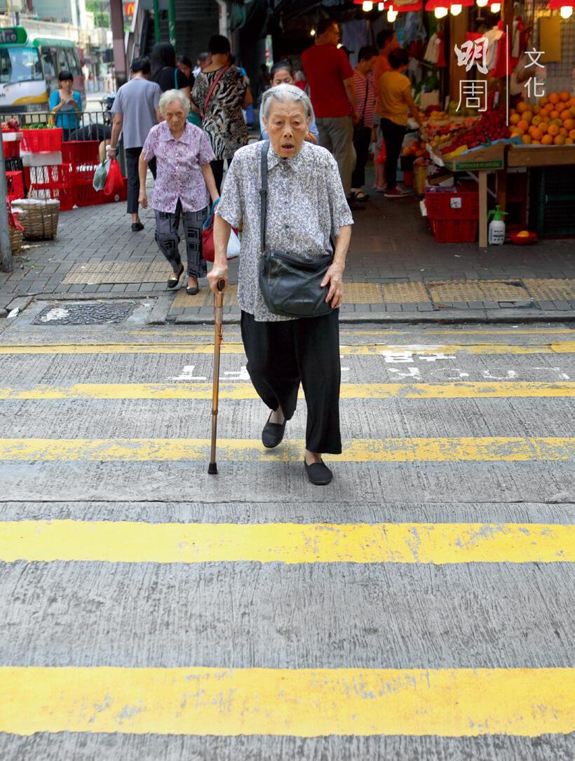 婆婆知道哪個路口的綠燈轉得慢,年邁的步伐走起來有點吃力,幸好平路比較多。