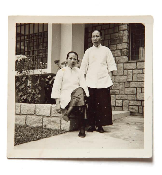 端婆婆(左一)年輕時和夥計在僱主家留影