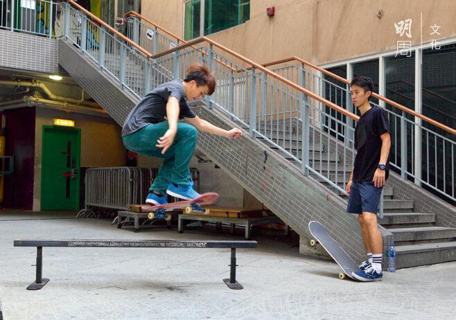 利用小小的無拘無束的空間,阿峰(左) 每天苦練,教練達達貼身指導。