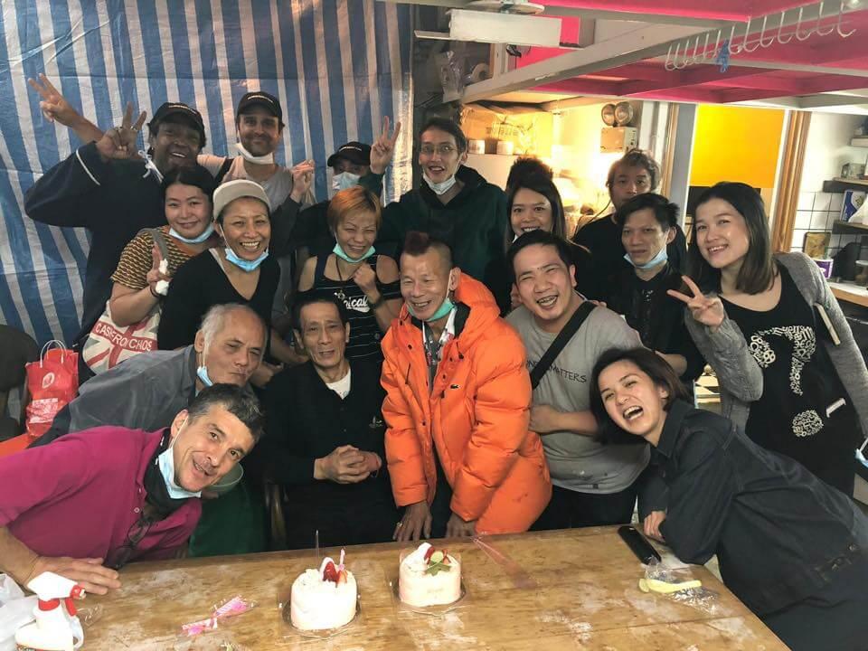 無家者和ImpactHK成員慶祝生日,打成一片。