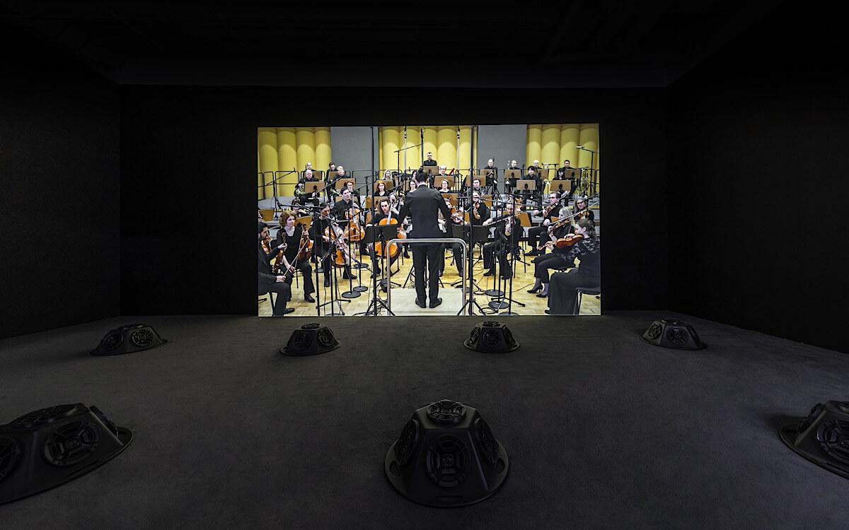 作品《消音狀況#22:消音的柴可夫斯基第五交響曲》(2018)中,消音版的交響樂,聽眾反而聽到更多平日不被留意的聲音;展覽現場照片(2019),攝影:Winnie Yeung @ iMAGE28(圖片由香港M+提供)