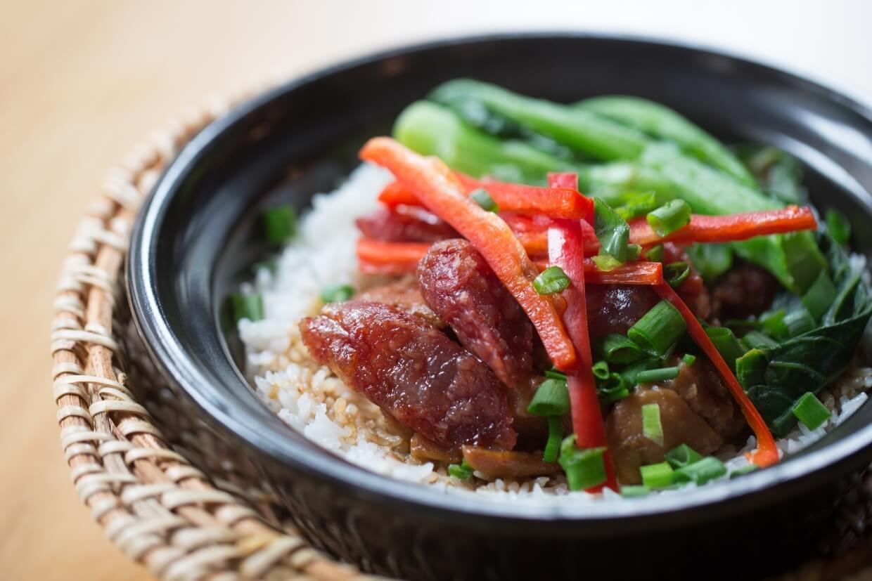 臘腸雞粒飯 // 食材一早已齊備,放置在飯面一起煲熱。菜心則另外烹調,以確保不會煮得太老或太嫩。最後才淋上調製過的豉油,使煲仔飯更香濃。($55)