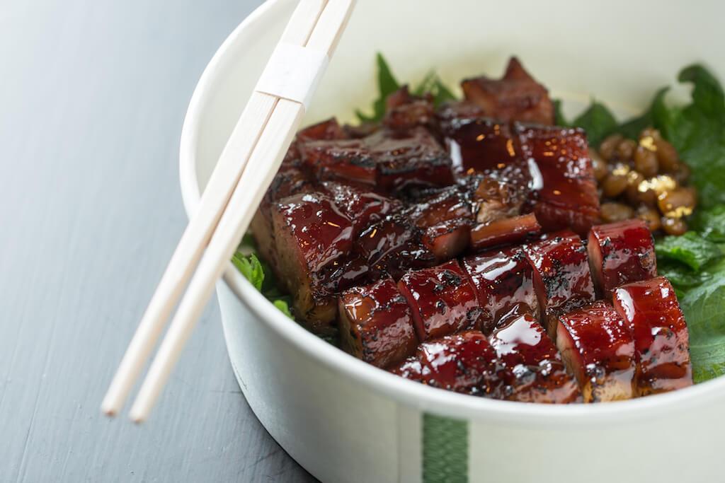 果木煙熏叉燒//用上鬈毛豬製作,烤至燶邊,回家即吃,仍然口感軟嫩,還有焦香。微暖吃更佳,用微波爐翻熱十餘秒即可。($268)