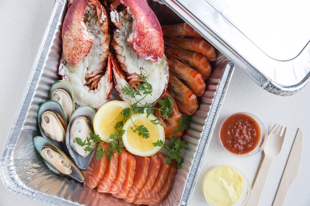 海鮮拼盤//堅持使用新鮮海產,以保持鮮味。除外賣自取,還有港島區員工點對點運送服務。酒店一條龍外賣服務,讓食客安心。($320/位)