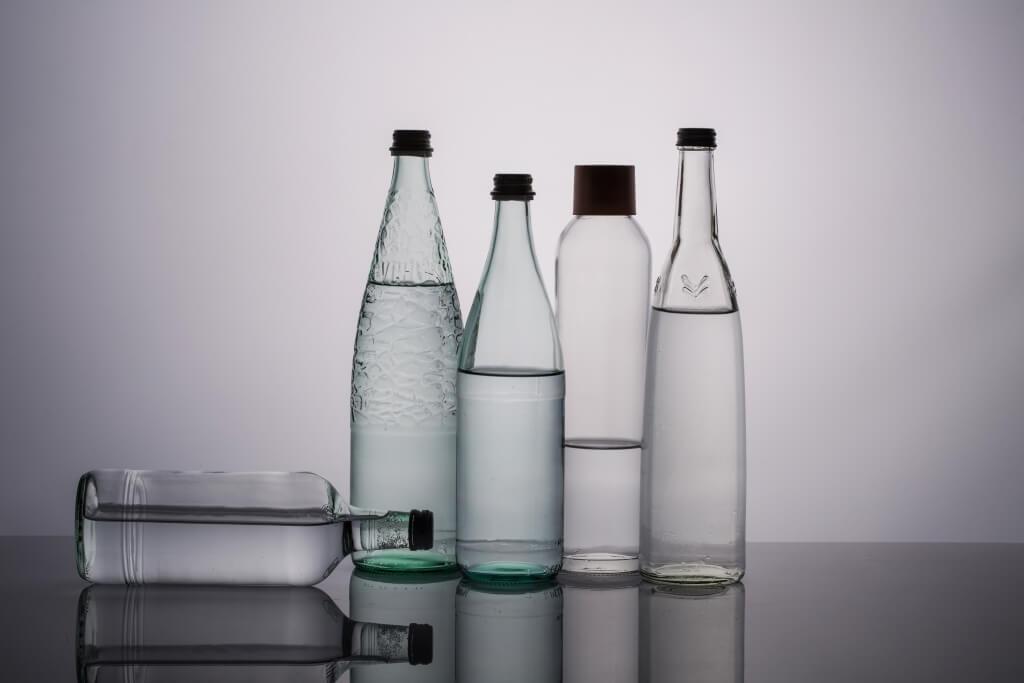 盛載有氣水的器皿其實很講究,玻璃樽密 度高,可存氣時間更久。這也解釋了為何 在超市常見玻璃樽比膠樽貴近一倍。