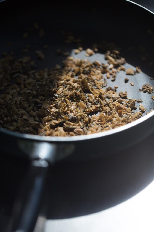 普通一份手工梅菜馬蹄蒸肉餅,單是梅菜就要先切碎及調味,放涼才可拌入肉餅中。若是下班後才慢慢處理,可能要午夜才可開飯。