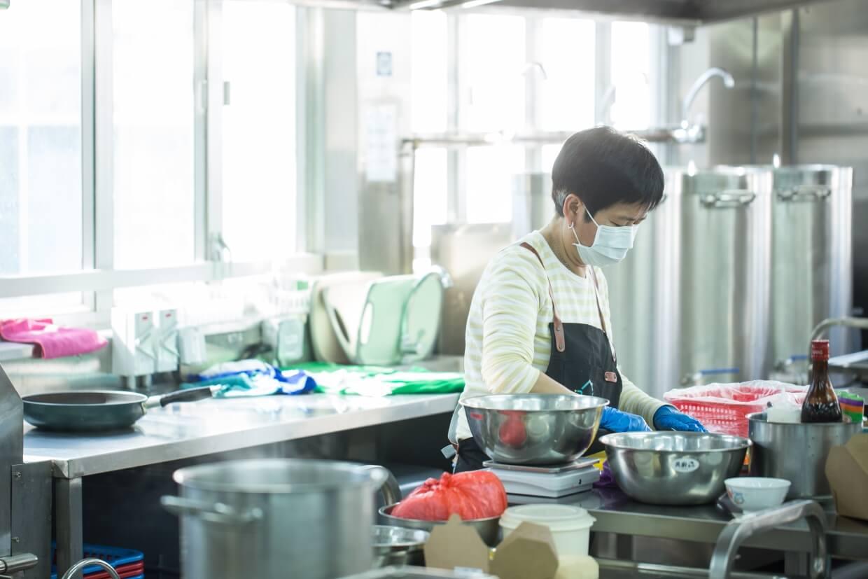 擔當家庭主婦多年,年過六十後才尋回志趣。現在阿開每周上班五天,努力買餸、洗切醃煮,很忙卻很快活。