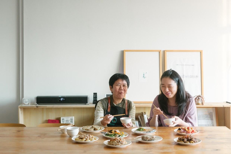 難得有緣,同時約齊兩個「媽媽」。她倆或許曾在千百道菜上「交流」過,第一次面對面相見,她們由下廚到開飯都在交流「煮飯經」。