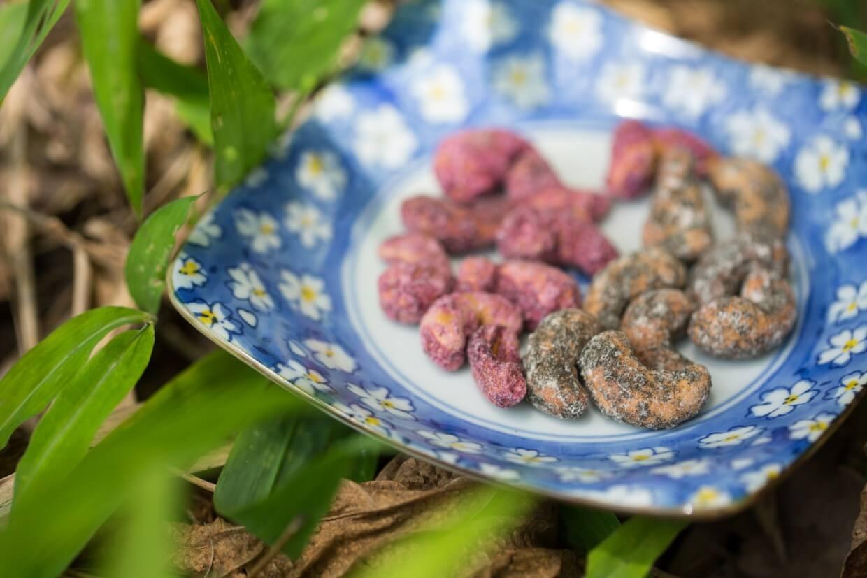 腰果粒香脆惹味,粉紅的是洛神花口味,酸酸甜甜好開胃;墨綠的是紫蘇味,最適合佐酒。