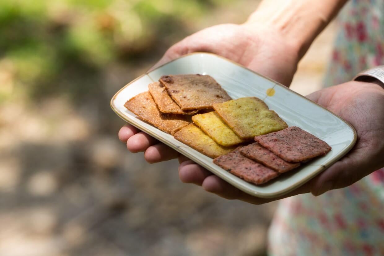 共三種口味的脆餅,都是以「多得濟」的農作物製成。慧如總說,新鮮產物最好酷以當下賣得完,味道最佳,農夫亦能賺得好價錢。若是賣不完,才會考慮製成副產品。