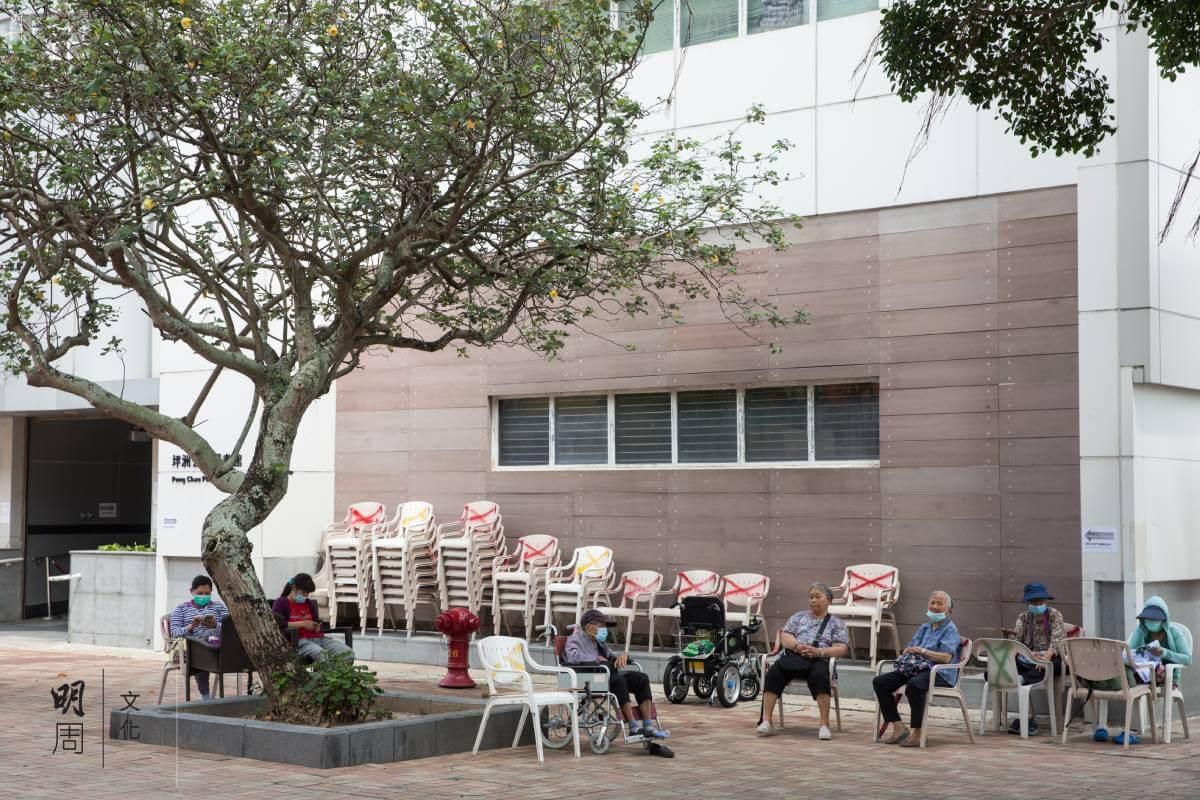 坪洲每日都有不少老人家坐在膠椅上休息