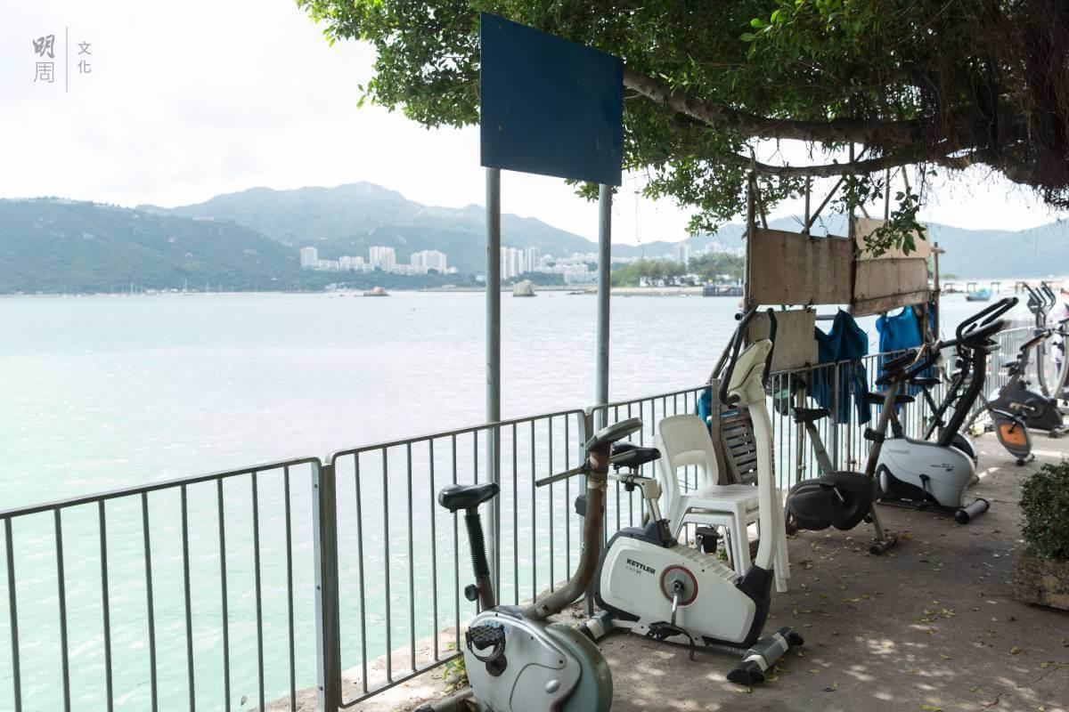 海邊的健身器,有趣是用家大都是背向海景的。