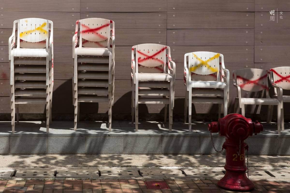 一疊疊膠椅整齊地安放在特定位置