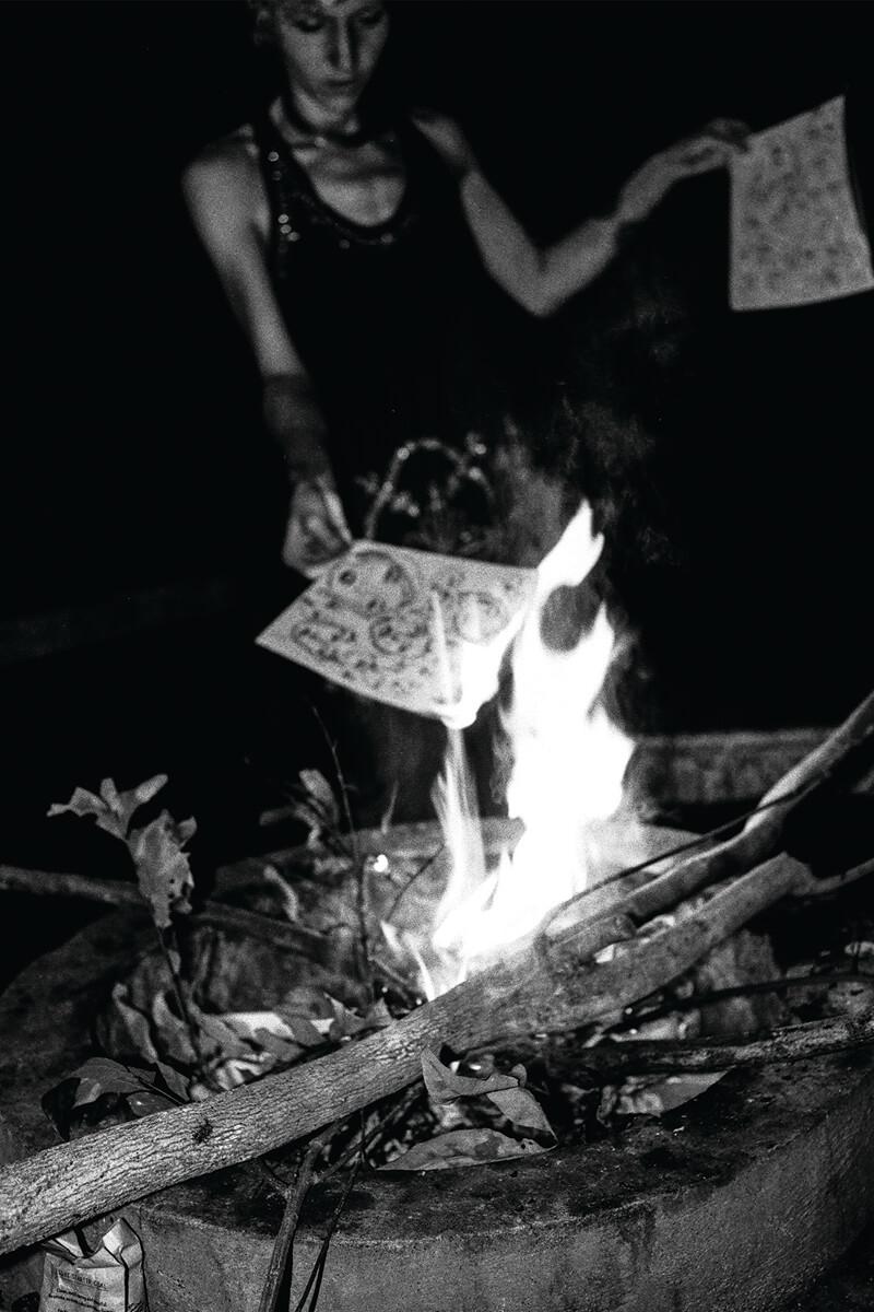 子朗當時問女生:「可以幫你保管一本嗎?」女生爽快回應他:「不,我想全部燒掉。」