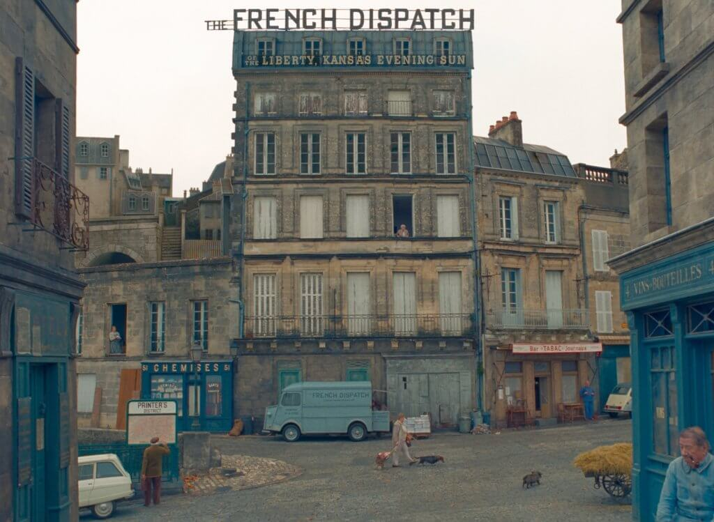《The French Dispatch》海報及劇照已釋出,貫徹了Wes Anderson的美學風格,配色如詩。
