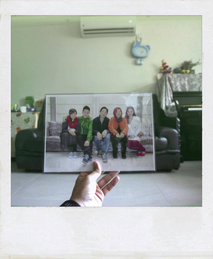 Wu數年前的全家福,爸爸坐在自己身邊。