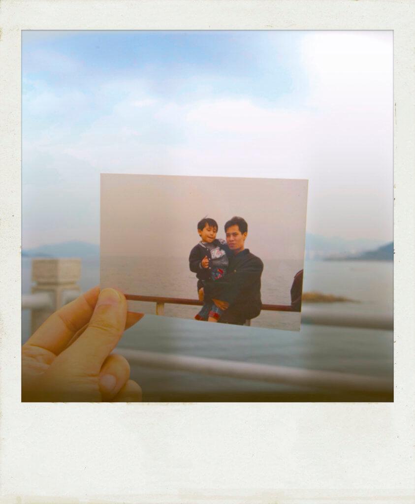 和哥幼稚園時與爸爸在往長洲的船上。