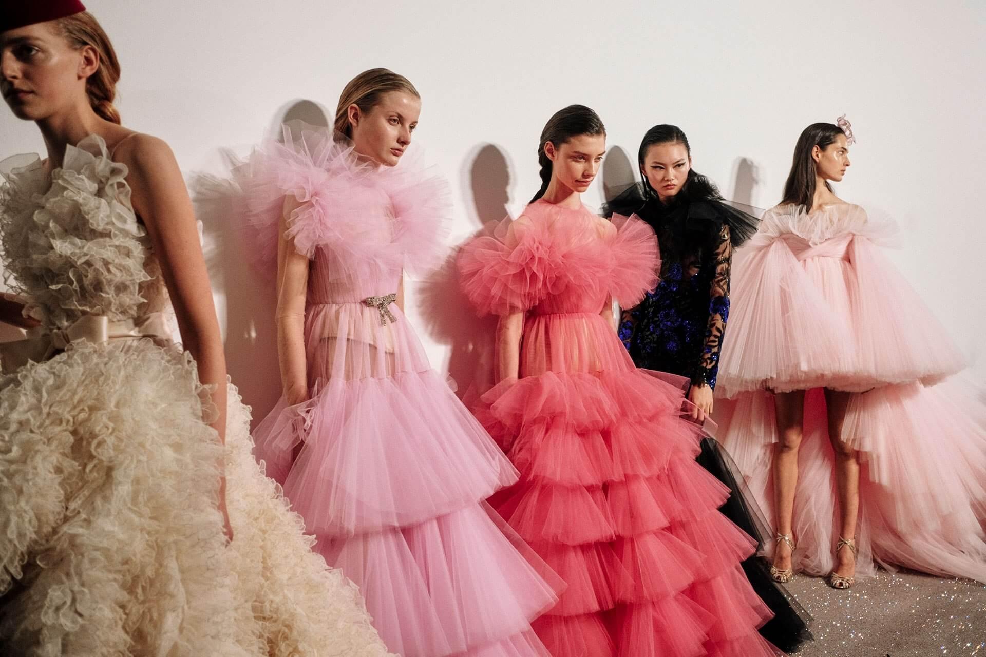 方太初將傳統民族服飾與Haute Couture相提並論,為讀者提出新的觀看角度。