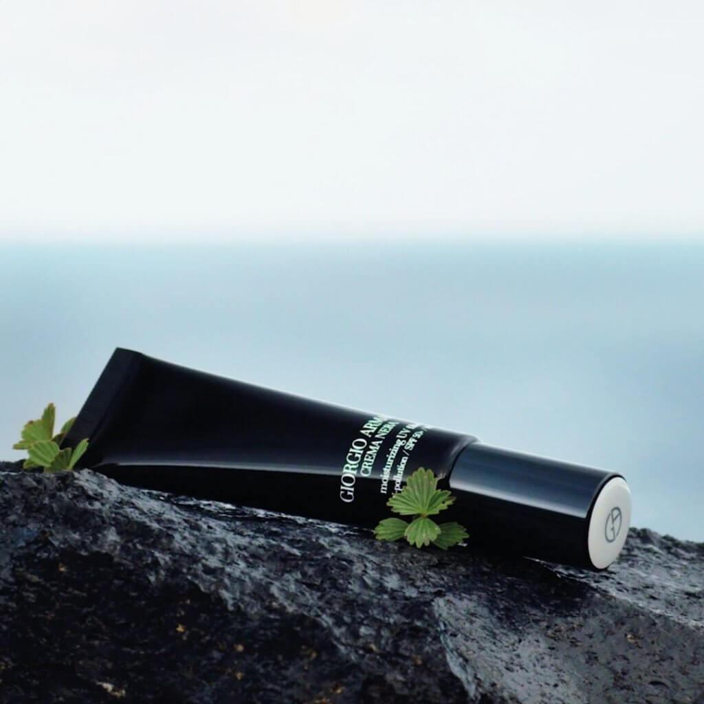 Armani CREAM NERA 極致再生濾光抗污染防曬霜 SPF50+/PA++++ 加入豐富非洲再生植物精華,可鞏固肌膚對抗外界侵害。乳木果精華 (SHEA EXTRACT)中的維他命E (VITAMIN E)全面啟動肌膚保護屏,能高效抗氧化, SPF 50高度防曬配合濾光系統科技,透過微米化科技的加入,成功克服了防曬厚重及泛白感等缺點。同時以極高防曬度全日對抗UVB及UVA,抹上臉後不著痕跡,透明不留白,輕盈乳霜質感,24小時保濕舒適。