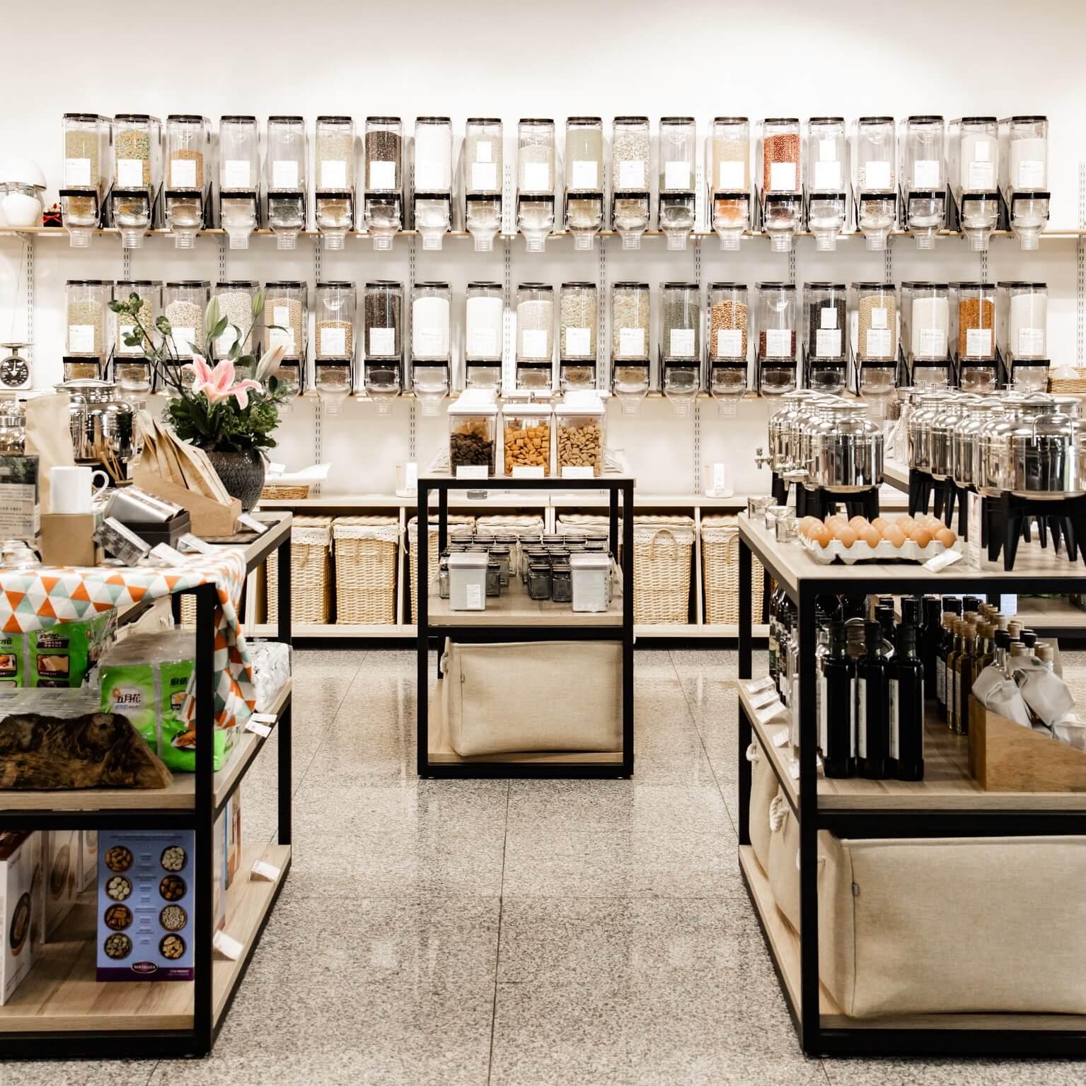 時下流行「走塑」商店,顧客需自備環保袋和容器承載貨物,