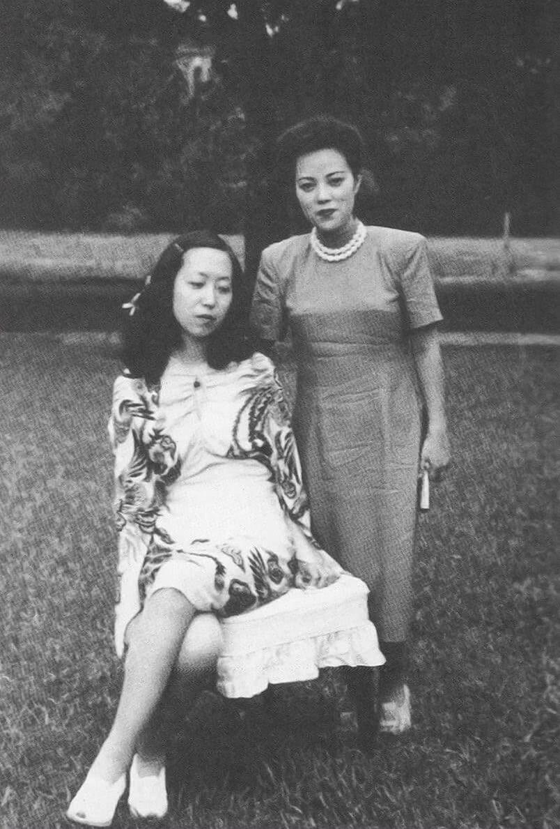 張母(右)一身素色裙子搭配珍珠鍊,與張愛玲一身露出雙腿的花色裙裝相比,後者在當時也就顯得「奇裝異服」。