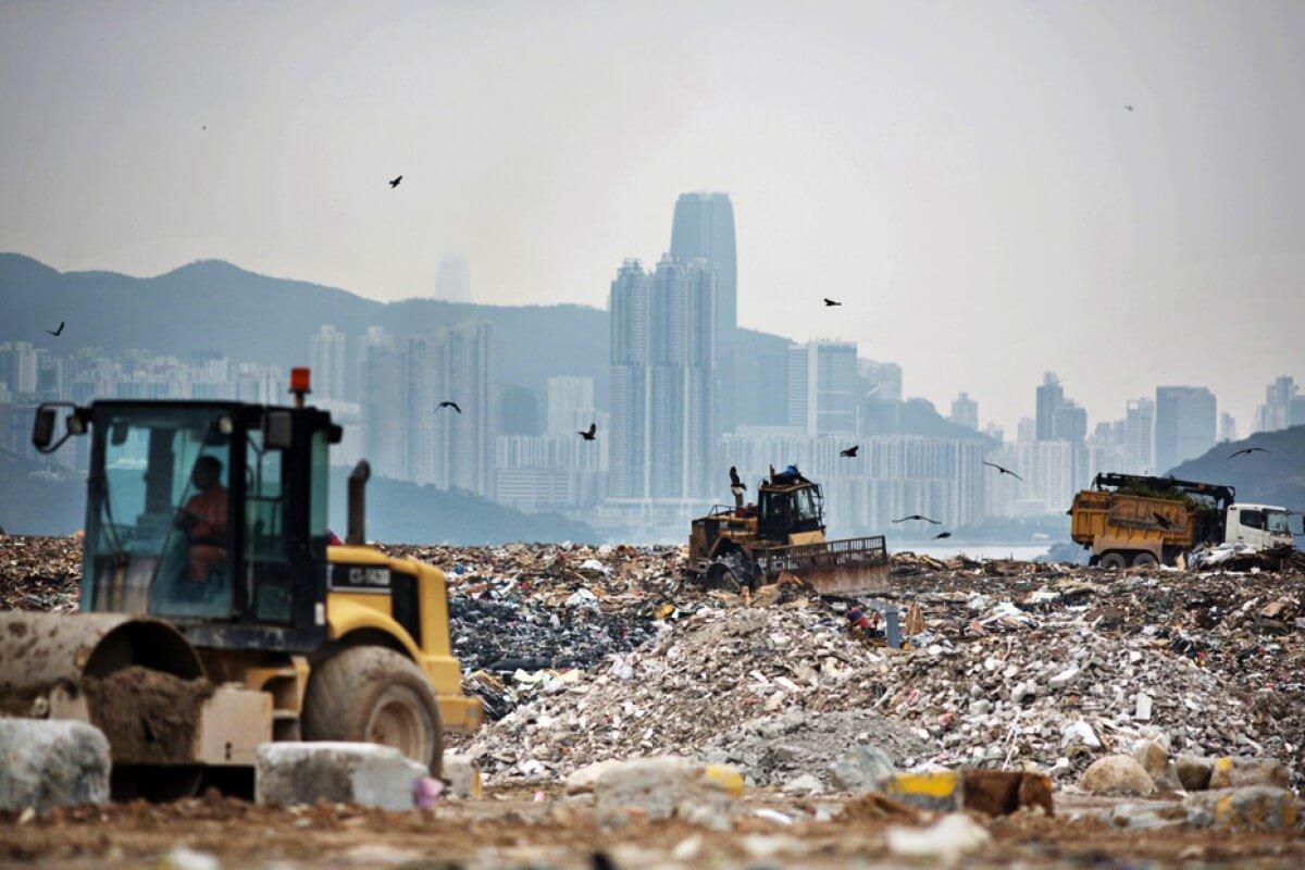 堆填區為即棄文化買單,佔用寸金尺土的香港超過566公頃的土地,超過792個足球場。