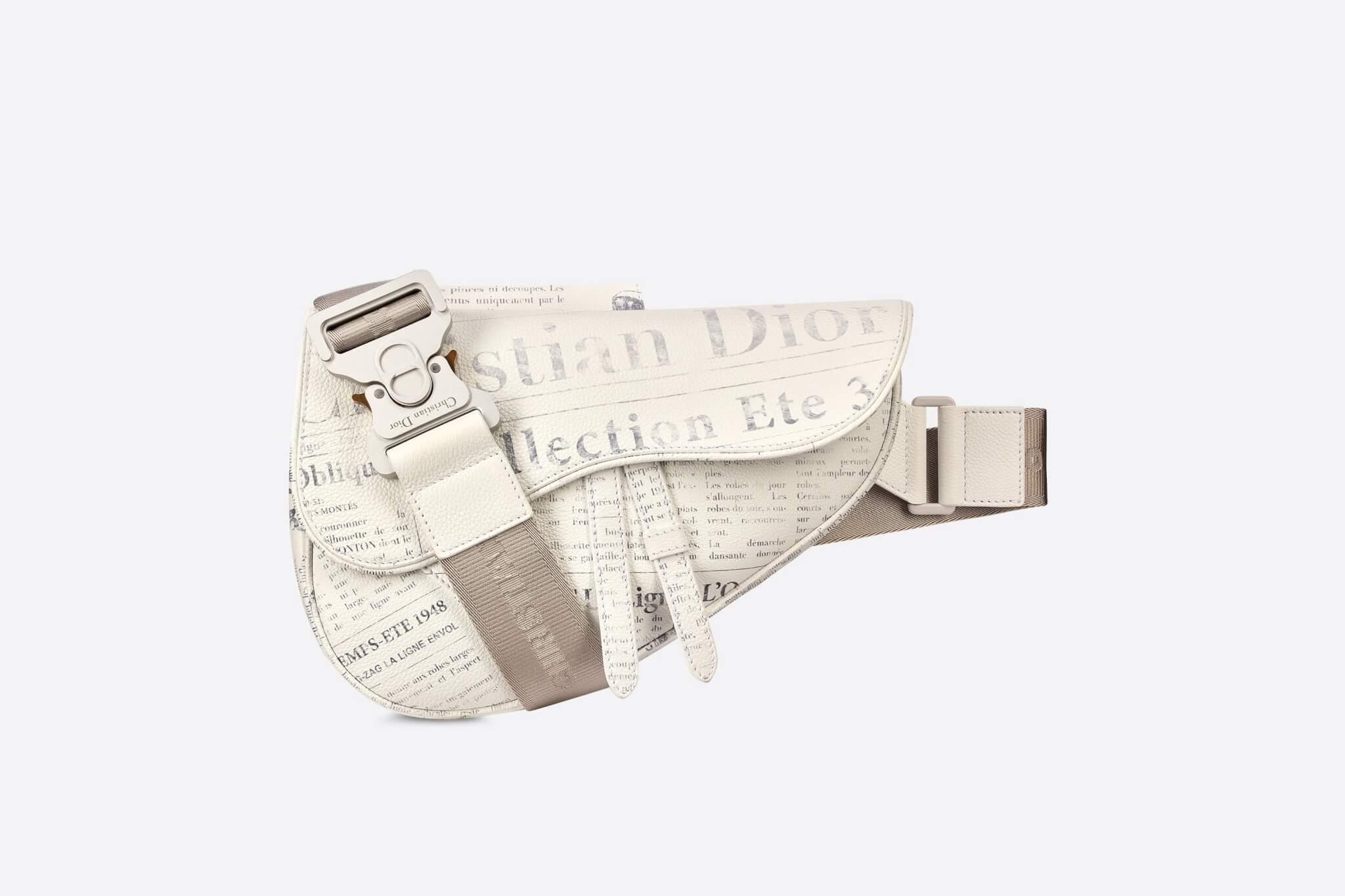 除了經典的仿古雕塑,Arsham更為Dior經典Saddle Bag改頭換面,設計了報紙印花,極具獨特魅力。