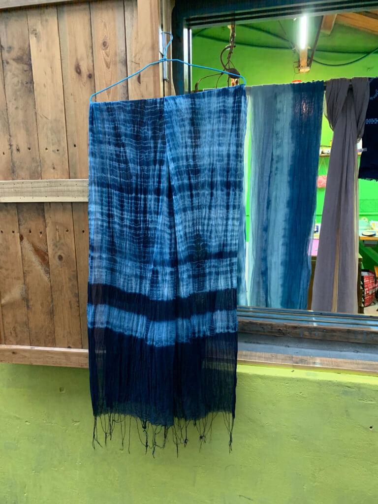 藍染和植物染也是一直想學的興趣,手染藍了,興頭更高,可是染布實在需要很大地方又要養缸,先來學個皮毛,日後有機會再進修,做好一樣還一樣。