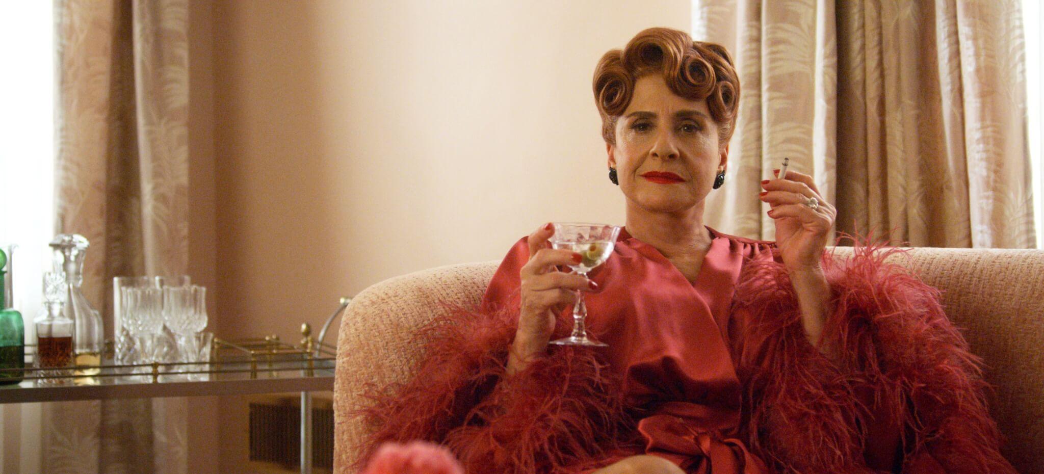 主角之一的電影公司老闆Avis,其服飾最能體現浮華的復古優雅。