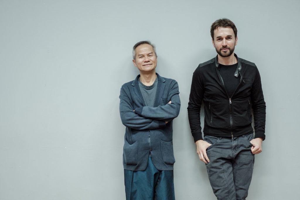 「鄧樹榮戲劇工作室」創辦人及藝術總監鄧樹榮(左)及劇場評論家Octavian Saiu(右)
