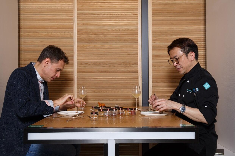 約Michel( 左) 與Ricky( 右) 一起試辣,把艷麗的辣粉配上各式小食,以舌尖感受當中的層次。