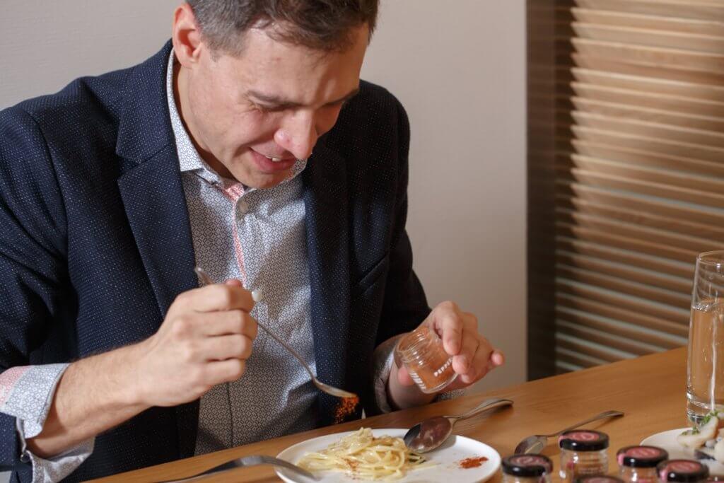 試味中途,Ricky從廚房變出了一盤意粉,灑入一點橄欖油、蒜片、番茜,及幾滴意大利魚 露。然後捲起一小撮意粉,灑落一點點艷紅粉末,用最地道的意大利麵條配意大利辣粉。