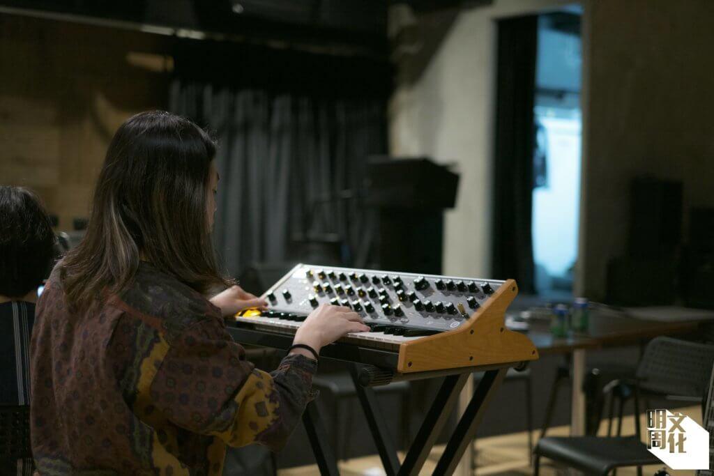 合成器(synthesizer)是構成TYNT音樂的重要樂器