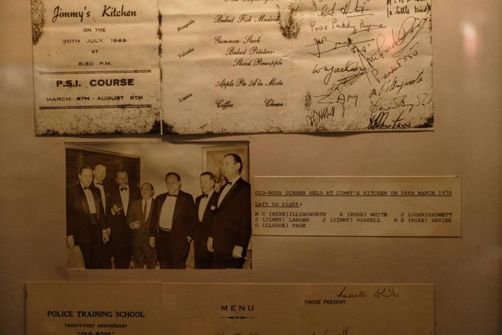 Aaron Landau(左四)於1970年在餐廳 出席警察訓練學校的舊生聯誼會。當年所吃 的食物相對簡單,包括冰鎮蘆筍、西班牙豬 腿扒等。