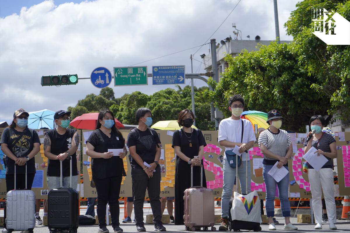 台灣伴侶權益推動聯盟在凱道設立「跨國同婚連儂牆」,有伴侶拖着行李箱到現場聲援,要求台灣政府盡早處理跨國同婚的問題。