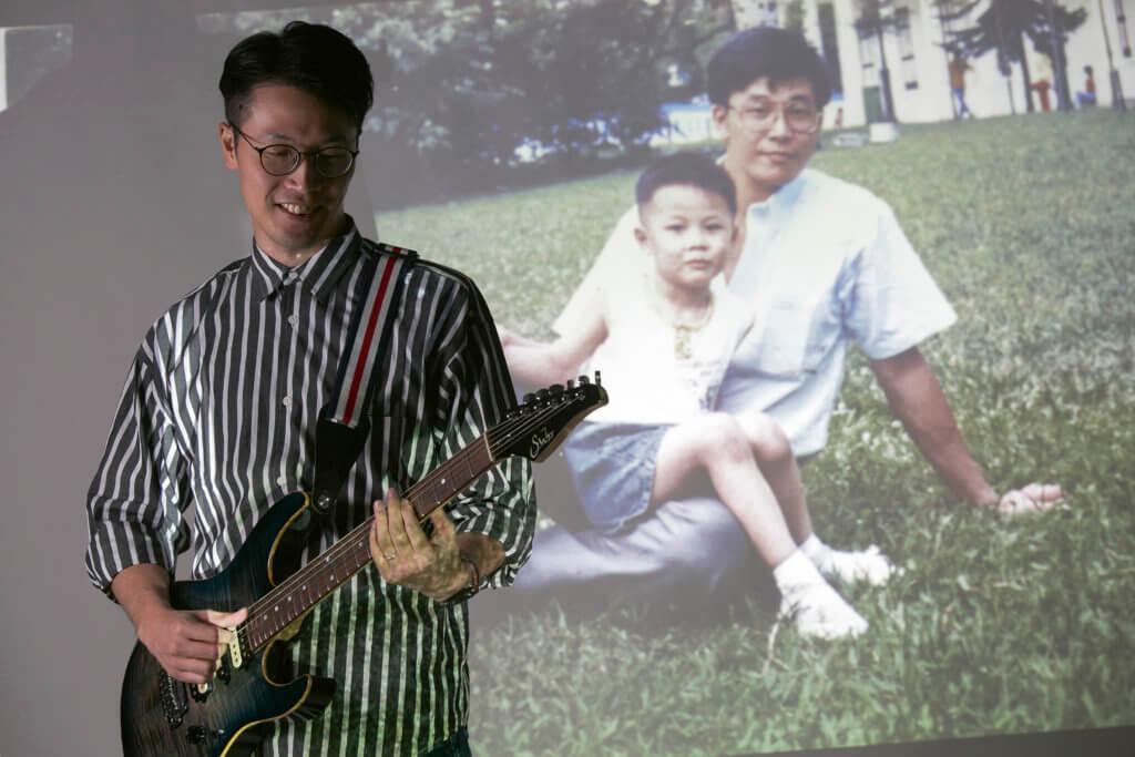 Gin很希望給爸爸彈一曲樂隊的《小品》。