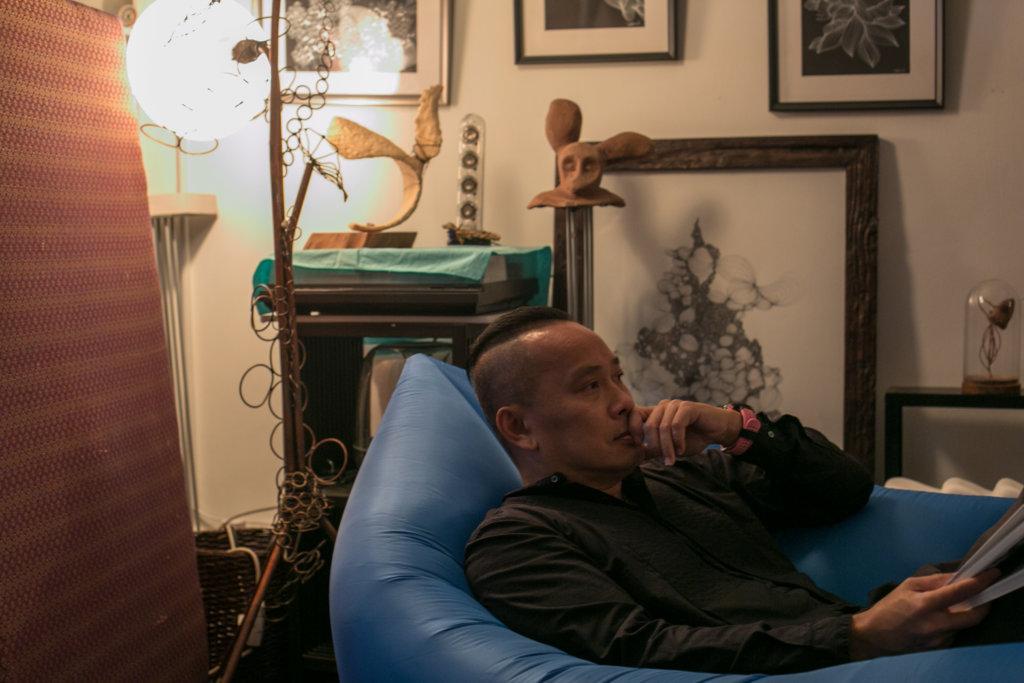 Raymond Pang失眠時感覺宇宙無數條線纏繞,瞬間失重了,失眠的感受讓他創作超過二百幅作品。