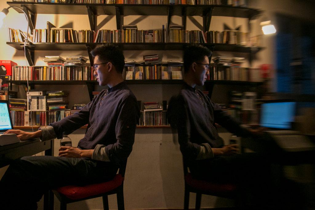 鍾兆燊相信,閱讀要順應方塊字的筆順,失眠夜在雲端上試驗豎排。