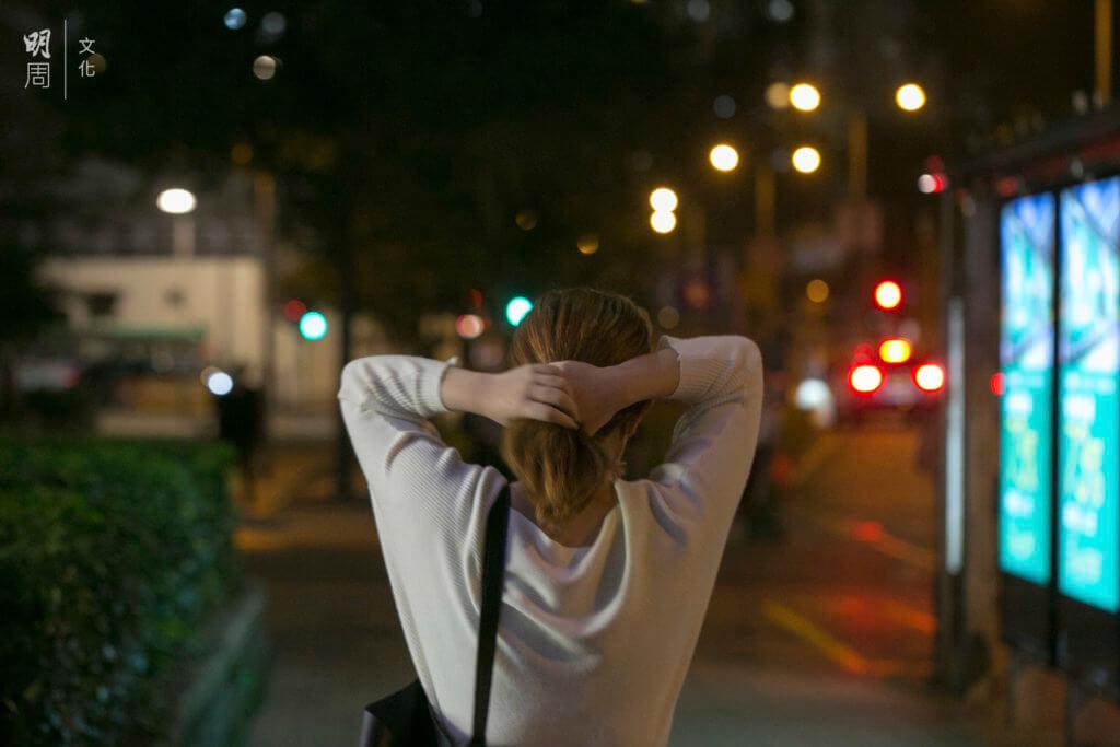 施玲玲的焦慮不能沉澱,猶如鐵柱立在腰椎,必須以行走來散。