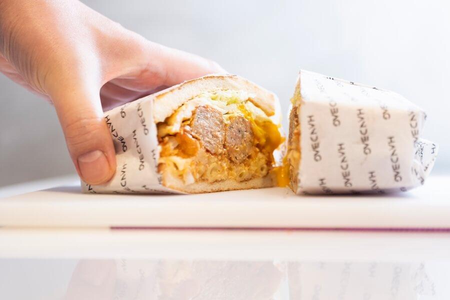 切開歐陸監獄鐵板三文治,濃邊流心蛋的蛋汁慢慢滴落,以特製番茄醬燉了許久的普羅旺斯肉丸是另一大亮點。張開你的大口,還可以細味到用番茄汁煮過的Mac & Cheese,以及生菜與脆薯餅的滋味。