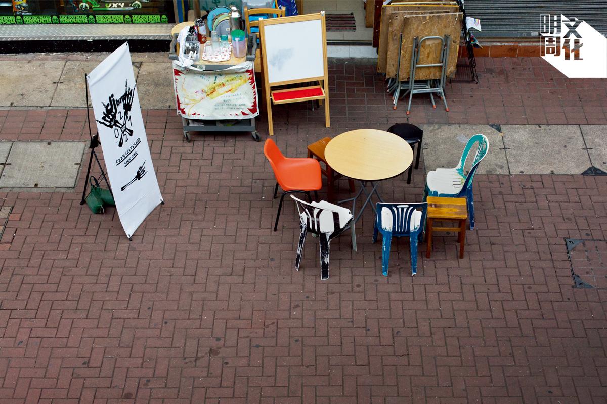 在蘇波榮舖前的檯凳,因擺放在街上,引起和鄰舖的爭拗。