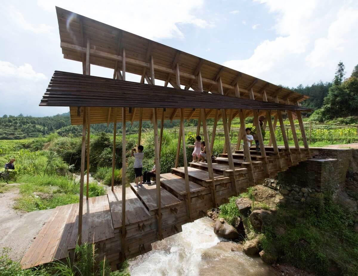 當地的橋因洪水沖毀,現時以村民的技術和新科技結合重建一條新橋。