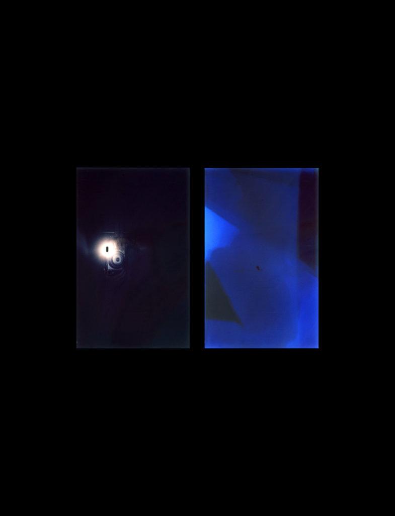 茉莉與茱麗仁輪流用即影即有相機為對方拍照,通過照片生成過程,黑暗中有了0.125秒的光,讓他們彼此見到對方。(圖片由藝術家及WMA提供)