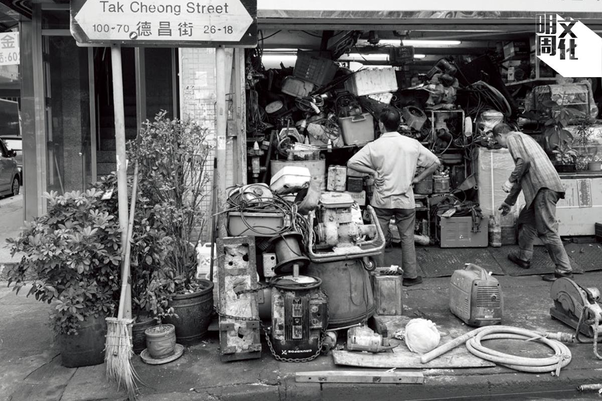德昌街上的汽車維修店舖,舖前的摩打和維修架生是街道的記認。