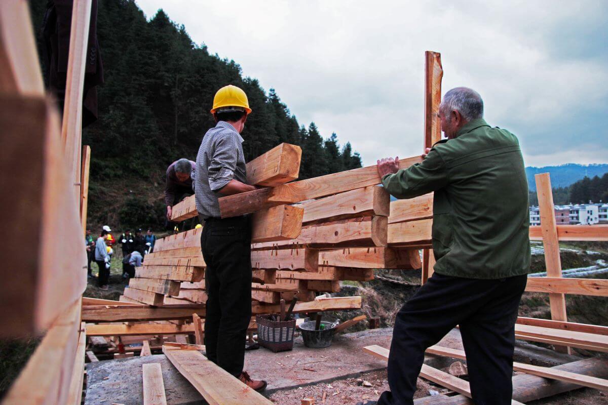 Donn和學生及村民一起建造的木橋,方便過河。