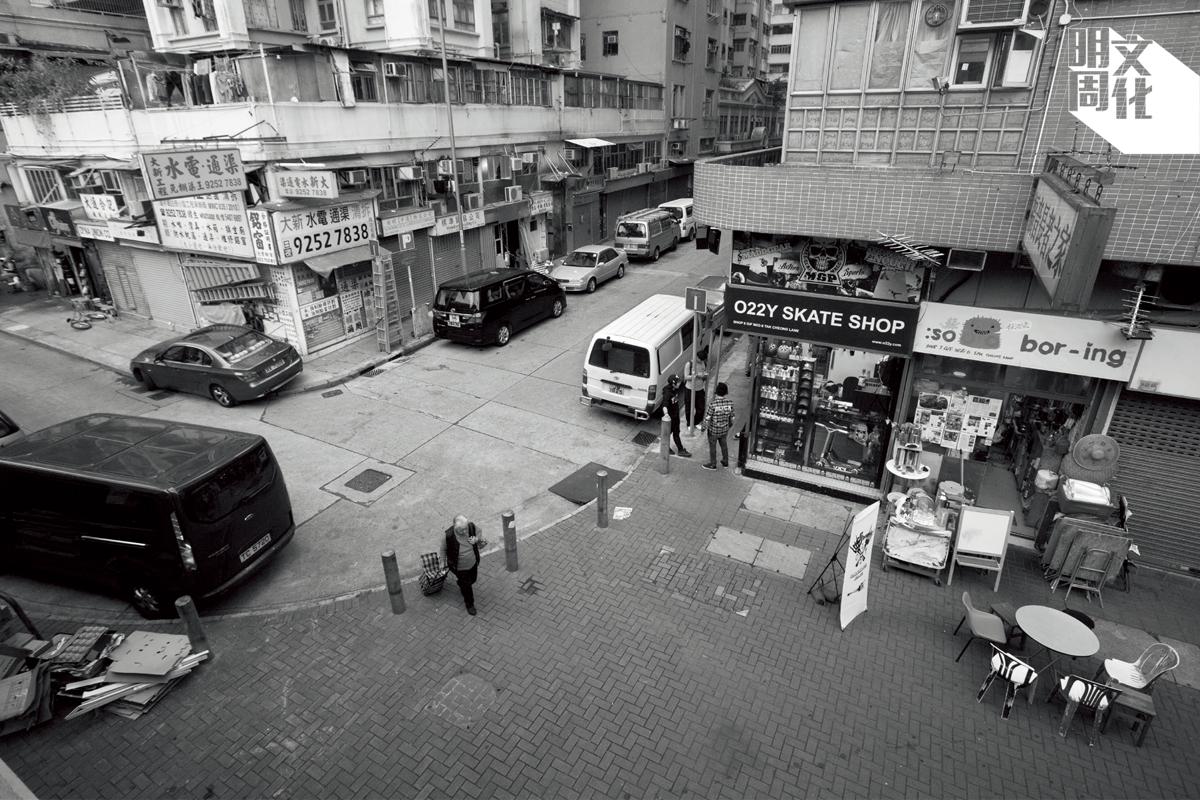 德昌里隱沒在一個掘頭巷的彎角,小彎角的行人路面特別寬闊,擺放着紛陳的物件。