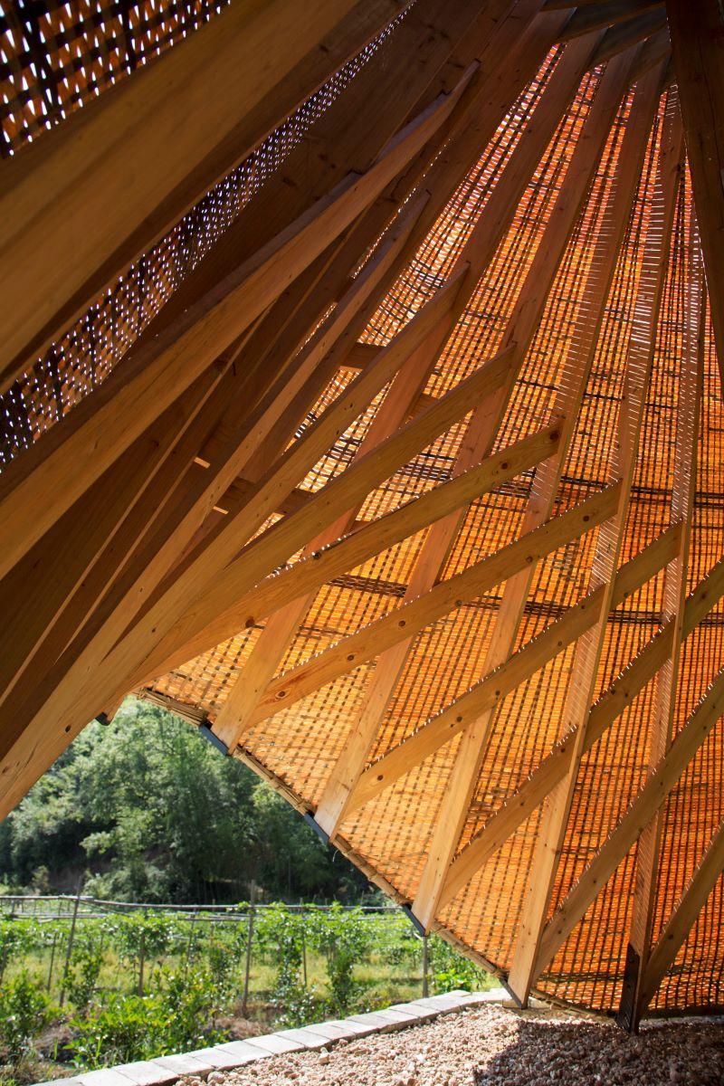 亭子以傳統的竹編織成