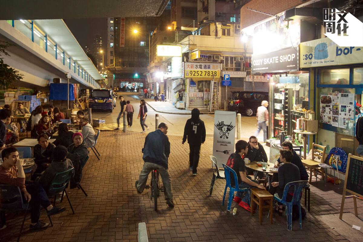 經常被食環人員警告及檢控阻街的位置,枱凳分成兩邊,中間自然留有空間讓行人通過。