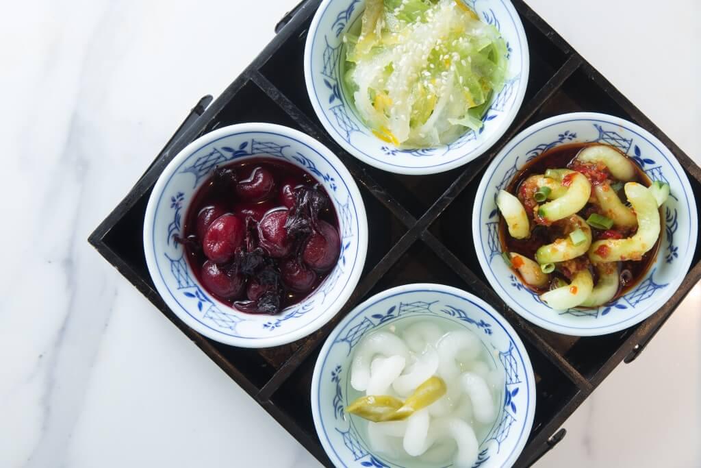 2.甜酸苦辣四小碟 // 酸辣小青蛇(青瓜)、酸甜小白蛇(蘿蔔)、洛神花漬車厘茄、蜂蜜柚子雙色涼瓜,每款份量精緻,這樣就可多試多其他菜式。 ($98)