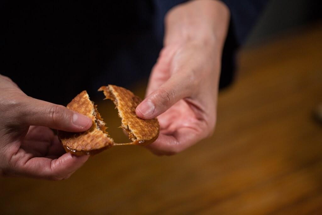 新鮮做好的焦糖煎餅,掰開兩半能做出「拉絲」效果,十分誘人。